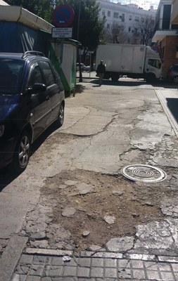 Ejemplo del deterioro que presenta el pavimento en el entorno del Mercado de San Gonzalo