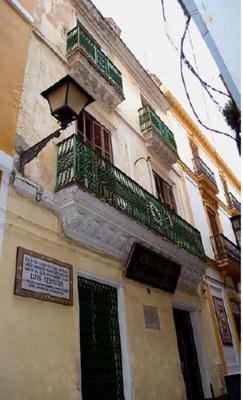 Fachada de la Casa de nacimiento del poeta sevillano Luis Cernuda, en la calle Acetres