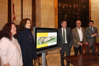 El alcalde de Sevilla, junto con la representante de Altadis, los delegados de Hábitat Urbano y del distrito los Remedios y, el gerente de Urbanismo, en un momento de su comparecencia pública para explicar los detalles del acuerdo alcanzado