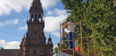Un operario instala la nueva farola de cerámica de la balaustrada que resultó dañada