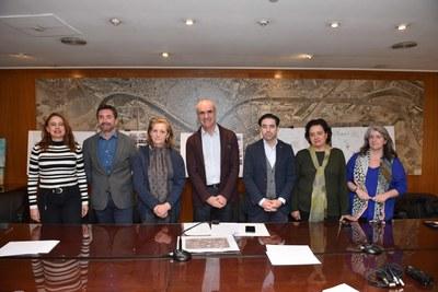 El delegado de Hábitat Urbano junto con representantes de los hoteleros y vecinos del barrio  de Senta Cruz y, con técnicos de Urbanismo y de Turismo