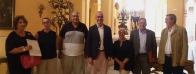 Los delegados de Hábitat Urbano y del distrito Nervión, posan junto con el gerente de Urbanismo y el equipo de la Gerencia autor del Catálogo