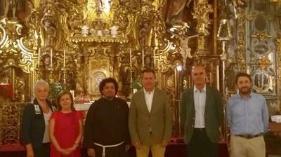 El alcalde de Sevilla y el superior de la Orden de Hermanos Capuchinos posan junto con el delegado de Hábitat Urbano, el arquitecto del proyecto y dos feligresas ante el altar Mayor de la Capilla