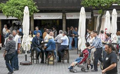Veladores de un establecimiento de la Plaza del Salvador antes de la pandemia