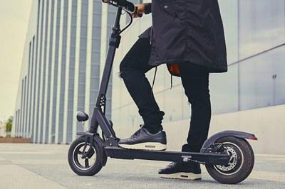 Usuaria de patinete eléctrico sobre uno de estos vehículos