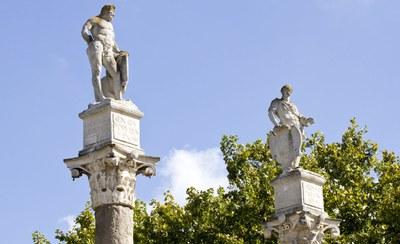 Estatuas de Hércules y Julio César sobre las columnas del extremo sur de la Alameda de Hércules