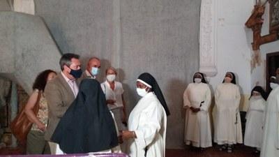 El acalde de Sevilla, Juan Espadas, charla con las hermandas que regentan el convento Madre de Dios en un momento de la visita realizada a las obras de la iglesia