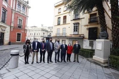 El alcalde de Sevilla posa junto al monumento acompañado por el delegado del Casco Antiguo, representantes de la asociación club del libro Puerta Carmona y del hijo del escultor Sebastián Santos