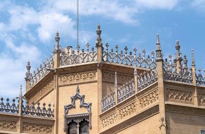 Ejemplo de las cresterías cerámicas que decoran las fachadas