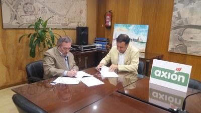 Momento de la firma del convenio de colaboración por parte del Gerente de Urbanismo y el Presidente Ejecutivo de Axion