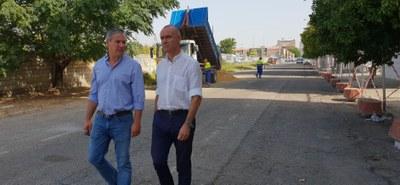 El delegado de Hábitat Urbano, Antonio Muñoz, acompañado de un técnico de la Gerencia de Urbanismo durante una visita de supervisión de las obras