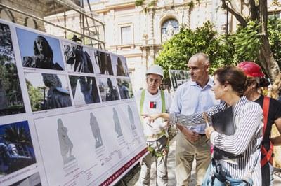 El delegado de Hábitat Urbano atiende a las explicaciones de los técnicos y restauradores sobre los trabajos de restauración en marcha