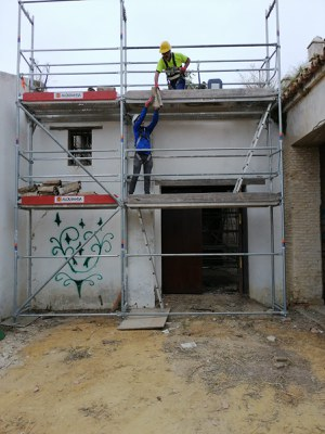 Dos operarios trabajan en las obras iniciadas en la Hacienda de Miraflores