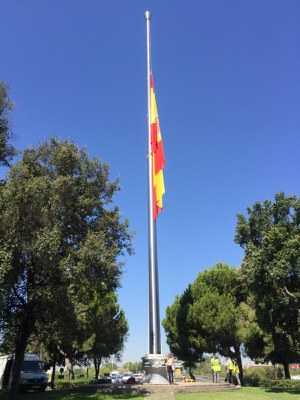 Nuevo mástil instalado en la Glorieta Olímpica con la bandera de España izada