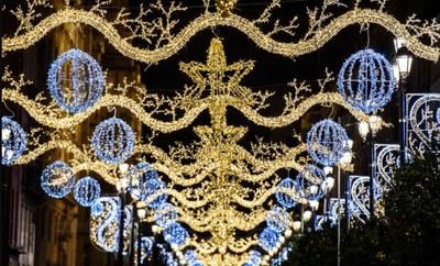 La Avda. de la Constitución iluminada con los motivos navideños instalados este año