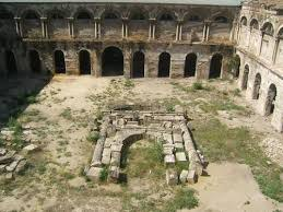 Restos del claustro del antiguo convento, con la portada de Hernán Ruiz sobre el suelo