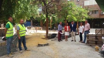 La delegada de Triana, Encarnación Aguilar, y el gerente de urbanismo, Rafael Márquez, junto con personal de la Gerencia de Urbanismo y de la empresa contratista en un momento de su visita a las obras