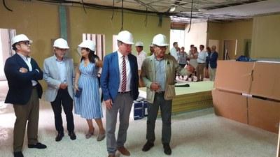 El alcade atiende las explicaciones del técnico de Urbanismo director de las obras, en presencia de los delegados de Bienestar Social y el disrtrito Nervión