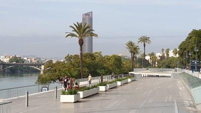 Vista general de algunas de las nuevas jardineras instaladas, con el puente de Triana al fondo