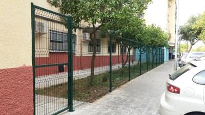 Nuevo cerramiento metálico instalado en el parterre ajardinado de la calle María Zambrano