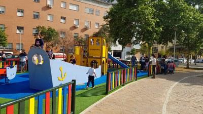 Niños jugando en la nueva zona de juegos infantiles creada en la calle Japón, en Sevilla Este