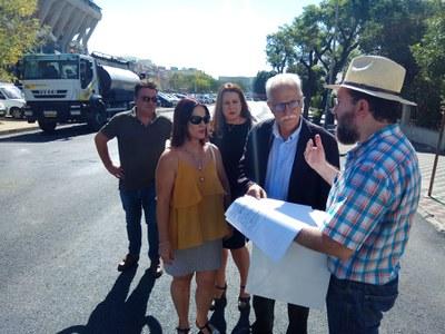 El delegado del distrito Sur, Joaquín del Castillo, atiende a las explicaciones del técnico de Urbanismo durante una visita a las obras realizadas en la calle Doctor Fleming