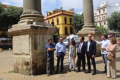 Los delegados de Hábitat Urbano y del distrito Casco Antiguo, Antonio Muñoz y Juan Carlos Cabrera, en las columnas de la Alameda, acompañados de técnicos de urbanismo y de la empresa de conservación que ejecuta los trabajos