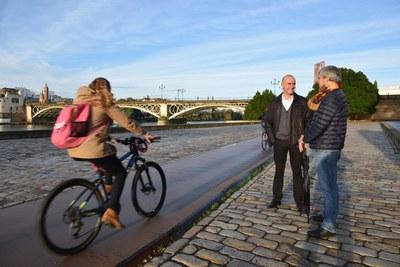 El delegado de Hábitat Urbano comprueba, junto a un técnico de Urbanismo, el resultado de las obras de mejora realizadas sobre el carril bici del Paseo Marqués de Contadero