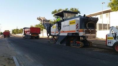 Máquinas fresadoras retiran el pavimento de la calzada de la calle Comercio para extender el nuevo firme