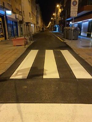 Paso de peatones recién pintado tras las tareas de repavimentación de la calzada ejecutadas