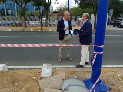 El delegado de Hábitat Urbano, Antonio Muñoz, y el responsable del servicio de alumbrado de la Gerencia de Urbanismo, junto a una de las nuevas farolas instaladas