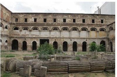 Fachada este del claustro del antiguo convento y portada de Hernán Ruiz que permanece en el suelo