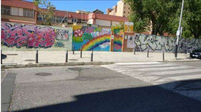 Paso de cebra sin los correspondientes rebajes frente a la puerta del colegio Pedro Garfias,
