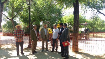 Los responsables municipales junto con el jefe de alumbrado de la Gerencia de Urbanismo y un usuario del parque, en la zona de obras