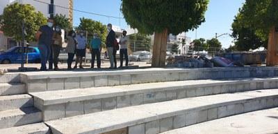 Responsables políticos, técnicos de Urbanismo y vecinos junto a las gradas del auditorio de la calle Fuente de Cantos que van a ser reparadas
