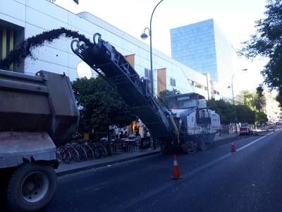 Trabajos de reasfaltado en la calle Luis de Morales, a la caída de la tarde