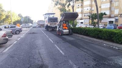 Las máquinas fresadoras retiran el pavimento de la calzada de la la calle Carlos Marx