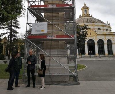 El delegado de Hábitat Urbano y máximo responsable de Urbanismo, Antono Muñoz, conversa con los técnicos de la Gerencia y la restauradora encargada de las obras ante uno de los pilares en restauración
