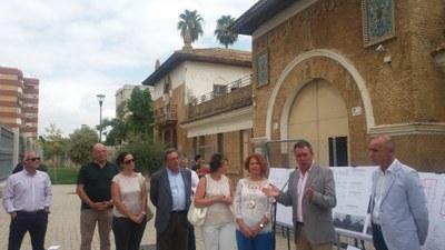 El alcade, Juan Espadas, junto con parte de su gobierno y de personal de la Gerencia de Urbanismo, informa del proyecto de obras delante del Pabellón de Ingresos