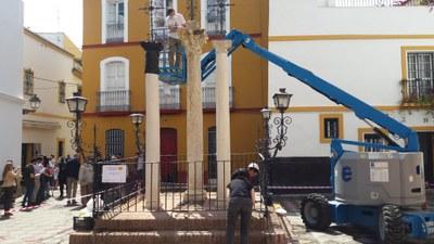 Operarios de la empresa encargada de los trabajos de conservación, aplican los tratamientos de limpieza y prevención sobre el monumento