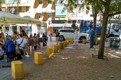 Operarios municipales retiran enseres de un establecimiento de la calle Crédito que ocupaban la vía pública sin licencia