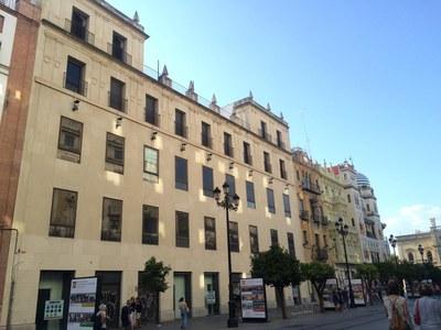 Fachada del inmueble de la Avda. de la Constitución que se convertirá en un nuevo hotel de cuatro estrellas